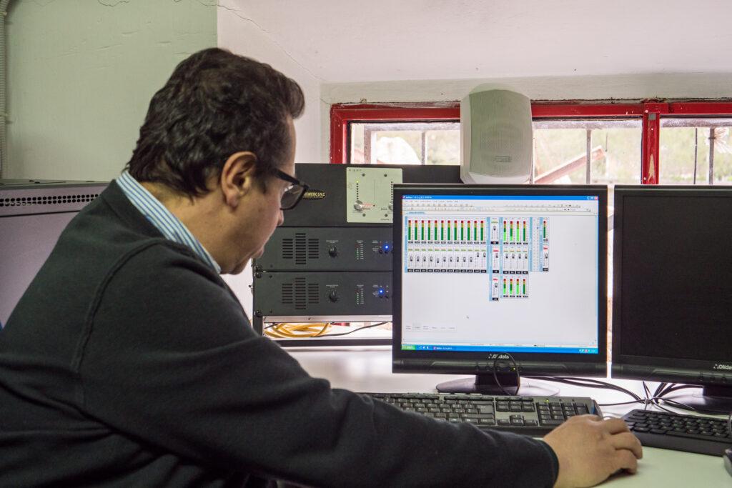 Maurizio Fontanelli (iTEK) nel dimostrare il sistema di amplificazione sonora
